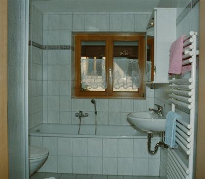 badezimmer ferienwohnung schwarzwaldurlaub im golddorf. Black Bedroom Furniture Sets. Home Design Ideas